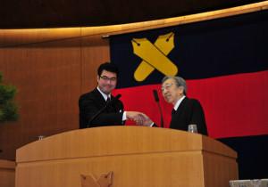 卒年の代表として、慶應連合三田会会長(当時)の故服部禮次郎氏(セイコーホールディングス名誉会長)と。